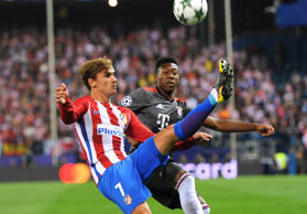 Atlético Madrids Antoine Griezmann, links, versucht am 28. September 2016, den Bayern David Alaba zu überlisten.