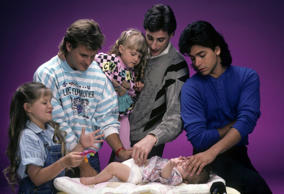 FULL HOUSE - Cast Gallery - June 26, 1987. (Photo by ABC Photo Archives/ABC via Getty Images)CANDACE CAMERON;DAVE COULIER;JODIE SWEETIN;MARY-KATE/ASHLEY OLSEN;BOB SAGET;JOHN STAMOS
