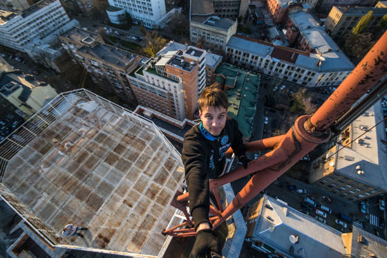Diapositivo 1 de 19: Yaroslav Segeda takes a selfie on top of tall building in Kiev, Ukraine in Aug. 2014.