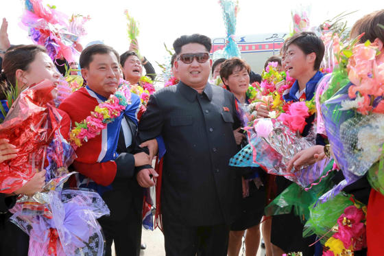 Slajd 1 z 20: Kim Jong Un greets North Korea's female soccer team as they arrive at Pyongyang International Airport after winning the 2015 EAFF East Asian Cup, in this photo released August 10, 2015.
