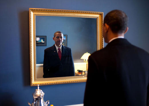 """Diapositiva 3 de 95: Jan. 20, 2009: """"President-elect Barack Obama was about to walk out to take the oath of office. Backstage at the U.S. Capitol, he took one last look at his appearance in the mirror."""""""