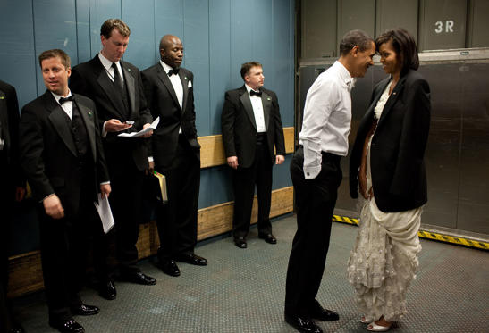 """Diapositiva 4 de 95: Jan. 20, 2009: """"We were on a freight elevator headed to one of the Inaugural Balls. It was quite chilly, so the President removed his tuxedo jacket and put it over the shoulders of his wife. Then they had a semi-private moment as staff member and Secret Service agents tried not to look."""""""