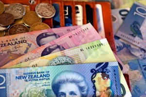 Kiwi down against USD, up against Euro