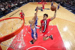 Kelly Oubre Jr. (12) of the Wizards goes to the basket against the 76ers.