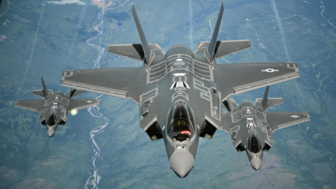 21 枚のスライドの 1 枚目: F-35A Lightning II aircraft, Travis Air Force Base, California, USA - 13 Jul 2016 70 ARS Refuels F-35As