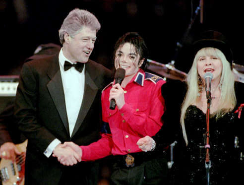 Diapositiva 14 de 17: President-elect Bill Clinton (L) shakes hands with Michael Jackson as singer Stevie Nicks (R) of the band Fleetwood Mac sings at the finale of a star-studded gala on the eve of Clinton's first inauguration as president of the United States in Washington in this January 19, 1993 file photo. Jackson, the child star turned King of Pop who set the world dancing but whose musical genius was overshadowed by a bizarre lifestyle and sex scandals, died on June 25, 2009. He was 50. REUTERS/Stringer/Files (UNITED STATES ENTERTAINMENT OBITUARY)