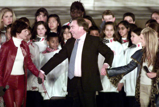 Diapositiva 8 de 17: Andrew Lloyd Webber (C) performs with Jessica Simpson (R) and Josie Walker(L) at the opening ceremony of the inauguration at the Lincoln Memorial in Washington January 18, 2001. Bush will be sworn in as the 43rd president on January 20.           REUTERS/Shaun Best