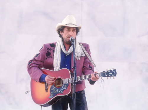 Diapositiva 13 de 17: Bob Dylan performs in front of the Lincoln Memorial January 17, 1993 in Washington, DC. Numerous musicians and performers gathered in front of the Memorial to celebrate the inauguration of President Bill Clinton. (Photo by Cynthia Johnson/Liaison Cynthia Johnson/Getty Images/Getty Images