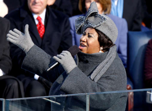 Diapositiva 2 de 17: Singer Aretha Franklin performs during the inauguration ceremony for U.S. President Barack Obama at the U.S. Capitol in Washington, D.C., U.S., on Tuesday, Jan. 20, 2009. Obama was sworn in as the 44th president of the United States. Photographer: Dennis Brack/Bloomberg News