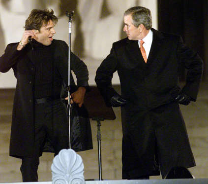 Diapositiva 7 de 17: 384564 01: President-elect George W. Bush, right, dances with singer Ricky Martin during the opening ceremony of the inauguration January 18, 2001 at the Lincoln Memorial in Washington, D. C. (Photo by Rick Wilking/Liaison)