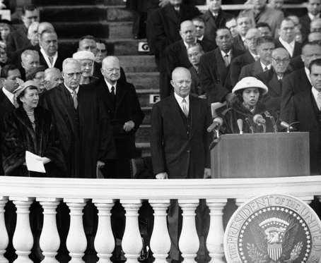Diapositiva 17 de 17: President Dwight D. Eisenhower listens to opera singer Marion Anderson sing during public swearing in ceremonies at the Capitol in Washington, Jan. 21, 1957. (AP Photo)