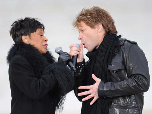 """Diapositiva 3 de 17: US singers Jon Bon Jovi and Bettye LaVette perform at the 'We Are One"""" concert, one of the events of US president-elect Barack Obama's inauguration celebrations, at the Lincoln Memorial in Washington on January 18, 2009. A galaxy of stars including Bruce Springsteen, U2 and Stevie Wonder will usher Obama into the White House, with a half-million people expected to brave the cold to celebrate the first African-American president.        AFP PHOTO/Mark RALSTON (Photo credit should read MARK RALSTON/AFP/Getty Images)"""
