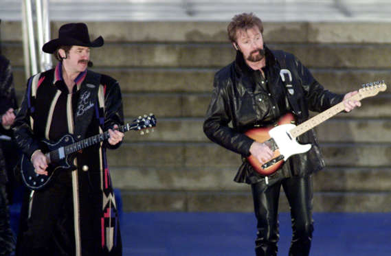 Diapositiva 9 de 17: Country rock performers Brooks and Dunn perform at the opening ceremony of the inauguration at the Lincoln Memorial in Washington January 18, 2001. Bush will be sworn in as the 43rd president on January 20. REUTERS/Shaun SHAUN BEST/REUTERS/