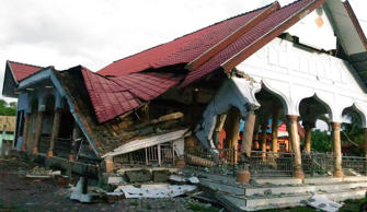 A badly damaged building is seen after a 6.5-magnitude earthquake struck the town of Pidie, Indonesia's Aceh province in northern Sumatra, on December 7, 2016. One person died and dozens were feared trapped in rubble after a strong earthquake struck off Aceh province on Indonesia's Sumatra island on December 7, officials said.