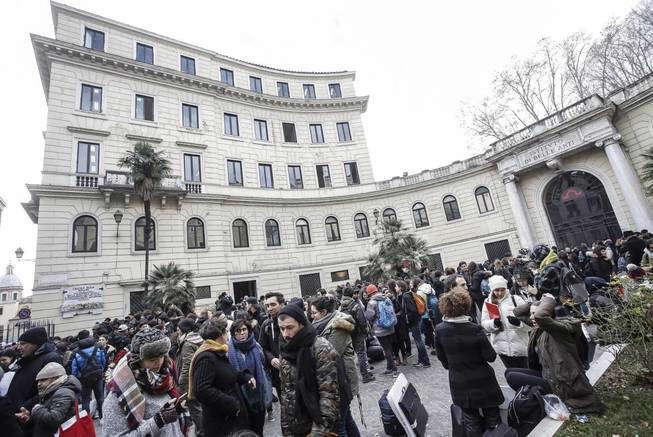 Estudiantes y profesores permanecen en el exterior de la escuela de Arte Liceo y de la Academia de Bellas Artes tras el terremoto. (Efe)