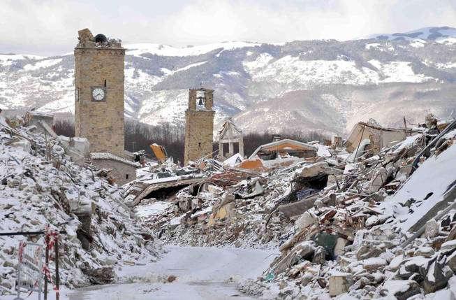 Nieve sobre los escombros de Amatrice, ciudad destruida por el terremoto de agosto (EFE)