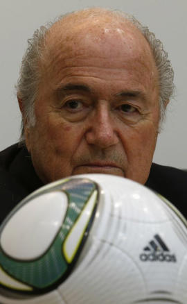 بلاتر أثناء مؤتمر صحفي في هونج كونج يوم الخميس. تصوير: بوبي يب - رويترز.: FIFA President Blatter is pictured behind a soccer ball during a news conference after an event celebrating the 100th anniversary of Hong Kong's Football Association in Hong Kong