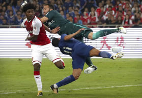 Arsenals Torwart David Ospina mäht im Derby in Beijing am 22. Juli 2017 Chelseas...