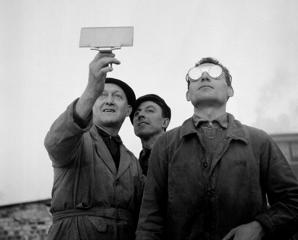 Trois hommes utilisant un verre fum? et des lunettes de soudeur pour regarder l'eclipse du soleil ? Paris, France le 15 f?vrier 1961.  (Photo by Keystone-France\Gamma-Rapho via Getty Images)