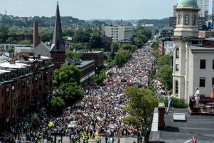 A large crowd of people march towards the Boston Commons to protest the Boston Free Speech Rally in Boston, MA, U.S., August 19, 2017. REUTERS/Stephanie Keith - RTS1CGF4