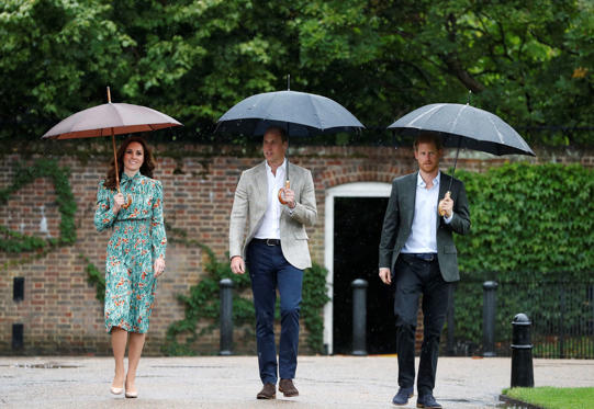 Slide 2 de 20: Da esquerda para a direita, Catherine, duquesa de Cambridge, Príncipe William, duque de Cambridge e Príncipe Harry visitam o Jardim de Sunken, no Palácio de Kensington