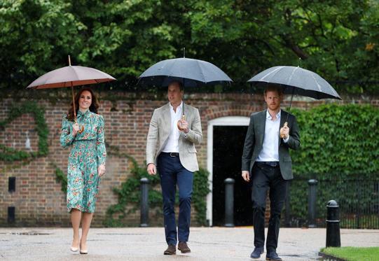 Slide 2 de 20: Da esquerda para a direita, Catherine, duquesa de Cambridge, Príncipe William, duque de Cambridge e Príncipe Harry visitam o Jardim de Sunken, no Palácio de Kensington