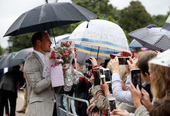 Slide 4 de 20: Príncipe William recebe flores no palácio de Kensington