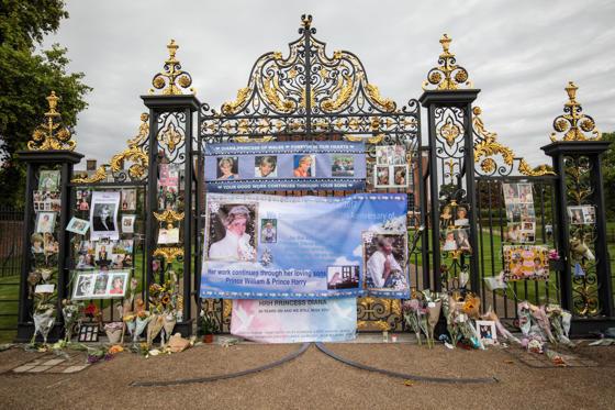 Slide 1 de 20: Flores, fotografias e mensagens expostas no portão de entrada do Palácio de Kensington, em Londres