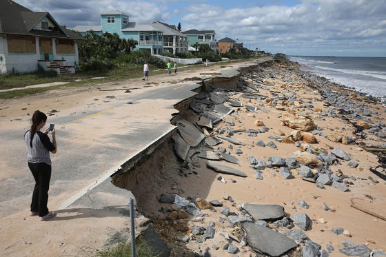 Bild 1 av 77: FLAGLER BEACH, FL - OCTOBER 08: A1A is seen after ocean waters stirred up by Hurricane Matthew washed away part of the ocean front road on October 8, 2016 in Flagler Beach, Florida. Across the Southeast, Over 1.4 million people have lost power due to Hurricane Matthew which has been downgraded to a category 1 hurricane on Saturday morning. (Photo by Joe Raedle/Getty Images)