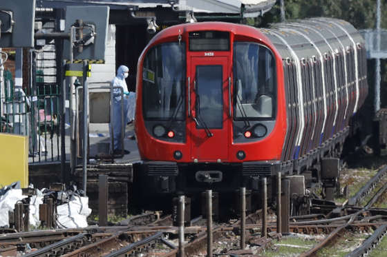 Slide 2 de 24: Uma explosão deixou feridos na manhã desta sexta-feira (15) em Londres; a polícia investiga o caso como ato terrorista; veja mais imagens do local nas imagens a seguir
