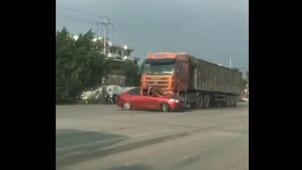 Lorry drags car along for 200 metres