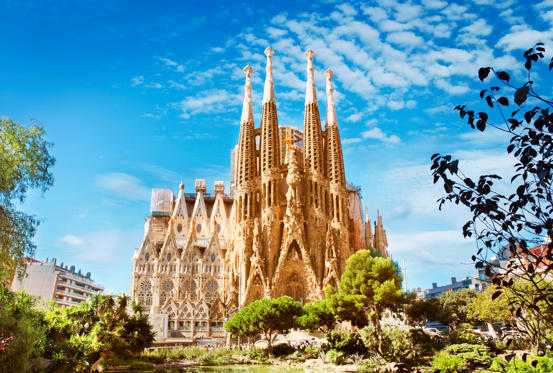 25 枚のスライドの 1 枚目: Sagrada Familia Cathedral in Barcelona, Spain