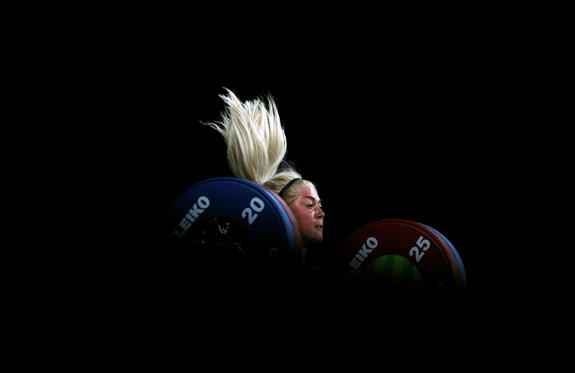 Slide 1 dari 31: TOPSHOT - Wales' Tayla Howe competes during the women's 90kg weightlifting final at the 2018 Gold Coast Commonwealth Games in Gold Coast on April 9, 2018. / AFP PHOTO / ADRIAN DENNIS        (Photo credit should read ADRIAN DENNIS/AFP/Getty Images)