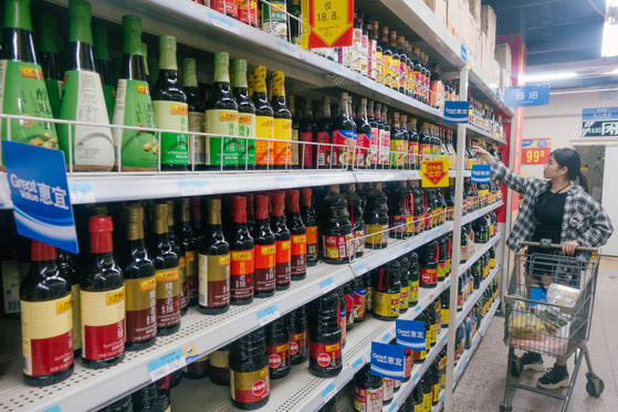 Diapositiva 1 de 32: And entire aisles for other staples like soy sauces and oils.
