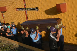 TOPSHOT - Relatives and colleagues of Nicaragua's policewoman Juana Francisca Aguilar, who died after being injured during clashes in protests against the government of President Daniel Ortega, carry her coffin during her funeral in Jinotepe 50 kilometres south of Managua on April 24, 2018. - Nicaragua was sliding into unchartered territory on Tuesday with protests against longtime President Daniel Ortega swelling to outpace a robust police crackdown in which at least 27 people have been killed. Nearly a week of unrest has violently exposed public resentment of the 72-year-old leftist leader and his wife Rosario Murillo, who is the vice president. (Photo by RODRIGO ARANGUA / AFP)        (Photo credit should read RODRIGO ARANGUA/AFP/Getty Images)