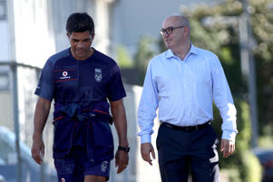 Warriors CEO Cameron George (R) and head coach Stephen Kearney during a New Zealand Warriors training session on May 2, 2018 in Auckland, New Zealand.  (Photo by Phil Walter/Getty Images)
