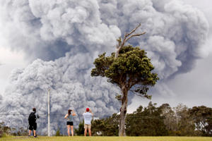 People watch as ash erupts from the Halemaumau crater near the community of Volcano during ongoing eruptions of the Kilauea Volcano in Hawaii, U.S., May 15, 2018.  REUTERS/Terray Sylvester     TPX IMAGES OF THE DAY - RC120D117B10