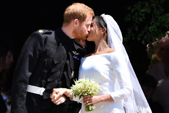 Dia 1 van 25: Britain's Prince Harry, Duke of Sussex kisses his wife Meghan, Duchess of Sussex as they leave from the West Door of St George's Chapel, Windsor Castle, in Windsor, on May 19, 2018 after their wedding ceremony. (Photo by Ben STANSALL / POOL / AFP)        (Photo credit should read BEN STANSALL/AFP/Getty Images)