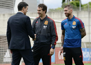 Spanish prime minister Pedro Sanchez (L) shakes hands with Spain's coach Julen Lopetegui (C) beside Spain's defender Sergio Ramos during his visit to Spain's national football team at Las Rozas de Madrid sports city on June 5, 2018. (Photo by JAVIER SORIANO / AFP)        (Photo credit should read JAVIER SORIANO/AFP/Getty Images)
