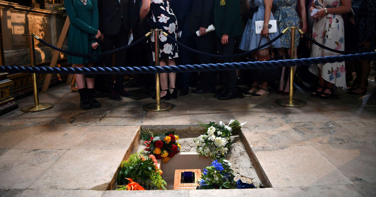 Stephen Hawkings farewell: As his ashes were buried, his voice was beamed into space