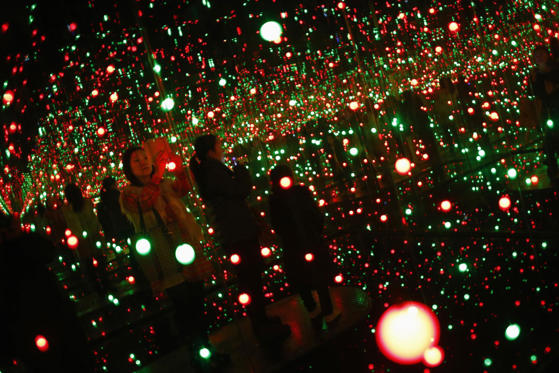 الشريحة 1 من 23: People visit the art exhibition 'A Dream I Dreamed' by Japanese artist Yayoi Kusama at the Museum of Contemporary Art of Shanghai, March 25, 2014.