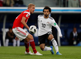 Soccer Football - World Cup - Group A - Russia vs Egypt - Saint Petersburg Stadium, Saint Petersburg, Russia - June 19, 2018   Egypt's Mohamed Salah in action with Russia's Yury Gazinsky     REUTERS/Lee Smith