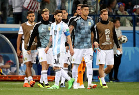 Soccer Football - World Cup - Group D - Argentina vs Croatia - Nizhny Novgorod Stadium, Nizhny Novgorod, Russia - June 21, 2018   Argentina's Lionel Messi and teammates look dejected after the match   REUTERS/Lucy Nicholson