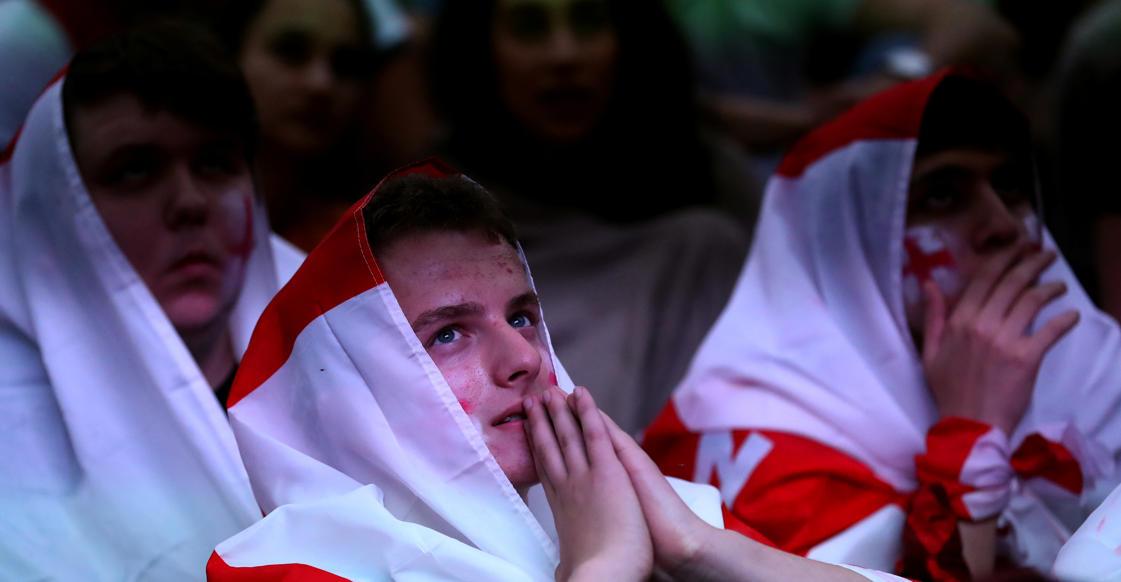 الشريحة 5 من 58: Soccer Football - World Cup - England fans watch Croatia v England - Millennium Square, Leeds, Britain - July 11, 2018 England fan watches the match REUTERS/Jon Super