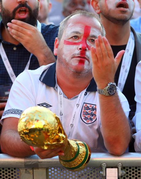 الشريحة 7 من 58: Soccer Football - World Cup - England fans watch Croatia v England - Hyde Park, London, Britain - July 11, 2018 England fan watches the match REUTERS/Simon Dawson
