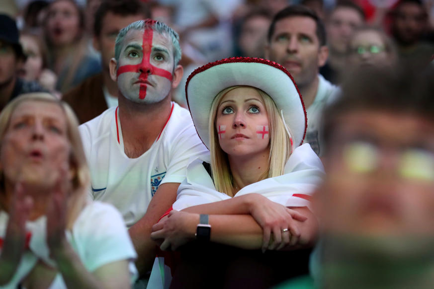 الشريحة 32 من 58: Soccer Football - World Cup - England fans watch Croatia v England - Millennium Square, Leeds, Britain - July 11, 2018 England fans watch the match REUTERS/Jon Super