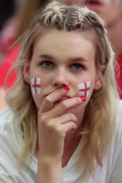 الشريحة 48 من 58: Soccer Football - World Cup - England fans watch Croatia v England - Millennium Square, Leeds, Britain - July 11, 2018 England fan watches the match REUTERS/Jon Super