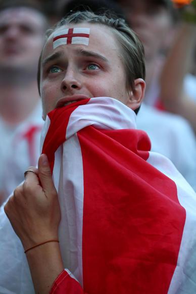 الشريحة 6 من 58: Soccer Football - World Cup - England fans watch Croatia v England - Flat Iron Square, London, Britain - July 11, 2018 England fan reacts REUTERS/Hannah Mckay