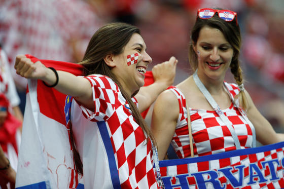 שקופית 4 מתוך 109: MOSCOW, RUSSIA - JULY 11: Female soccer fans of Croatia are seen before the 2018 FIFA World Cup Russia semi final match between Croatia and England at the Luzhniki Stadium in Moscow, Russia, on July 11, 2018.    (Photo by Sefa Karacan/Anadolu Agency/Getty Images)