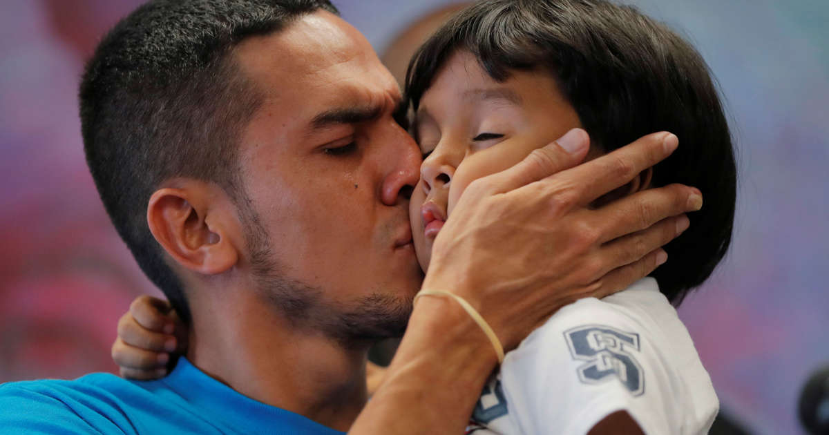 U.S. must convince judge it has reunited migrants under 5